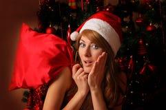 Ayudante de la mujer de Santa con el bolso de la Navidad Imágenes de archivo libres de regalías