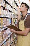 Ayudante de las ventas que hace un stocktake Imagen de archivo