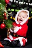 Ayudante de Santa que adorna el árbol de navidad Imagen de archivo