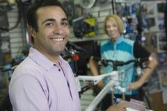 Ayudante de tienda de la bici With Female Cyclist foto de archivo