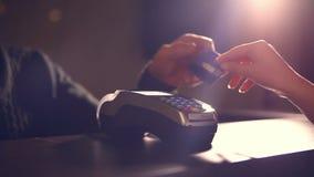 Ayudante de tienda que inserta una tarjeta de crédito en una posición almacen de metraje de vídeo