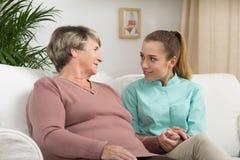 Ayudante del cuidado con un paciente Foto de archivo