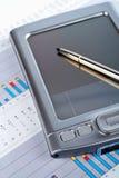Ayudante digital personal en fondo financiero de la carta del mercado Imagen de archivo libre de regalías