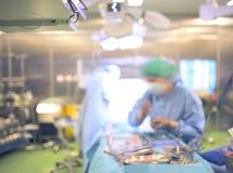 Ayudante durante la cirugía en la sala de operaciones, backgr defocused Fotos de archivo