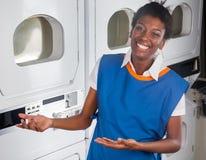 Ayudante femenino que da la bienvenida en lavadero Fotos de archivo libres de regalías