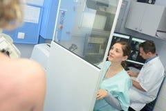 Ayudante técnico que prepara el torso radiológico de la exploración con mri fotos de archivo libres de regalías