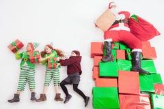 Ayudantes del ` s de Papá Noel que trabajan en Polo Norte Él lista de deseos de la lectura Imágenes de archivo libres de regalías