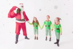 Ayudantes del ` s de Papá Noel que trabajan en Polo Norte Él lista de deseos de la lectura Fotos de archivo libres de regalías