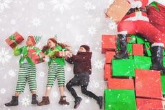 Ayudantes del ` s de Papá Noel que trabajan en Polo Norte Él lista de deseos de la lectura Fotografía de archivo libre de regalías