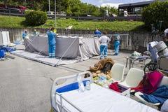 Ayudantes humanitarios, campo de la emergencia de Rieti, Amatrice, Italia Imagen de archivo libre de regalías