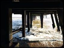 Ayudas debajo del embarcadero en Southwold en un día de invierno frío Imagen de archivo