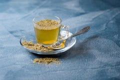 Ayudas herbarias del té del tilo para luchar el tubo imagenes de archivo