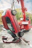 Ayudas del vehículo de rescate heridas en choque de coche Imágenes de archivo libres de regalías