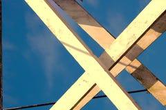 Ayudas y cable de madera imagenes de archivo