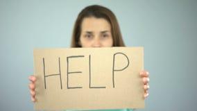 Ayude a firmar adentro las manos de la mujer, protección de las derechas de la hembra, prevención de la violencia almacen de metraje de vídeo