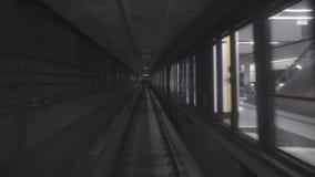 Ayuna el montar a caballo subterráneo del tren en un túnel de la ciudad almacen de metraje de vídeo