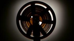 Ayuna el rebobinado la película en el proyector retro viejo del cine ilustración del vector