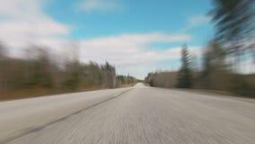 Ayuna la conducción borrosa sobre la carretera almacen de metraje de vídeo