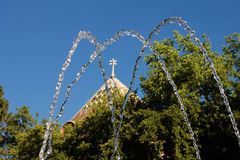 Ayuntamiento, árbol y agua en Subotica Foto de archivo