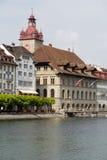 Ayuntamiento abajo por el río Reuss Foto de archivo libre de regalías