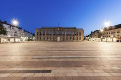 Ayuntamiento Beauvais en la noche imagenes de archivo
