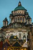Ayuntamiento Belfast con las decoraciones de la Navidad Imagen de archivo libre de regalías