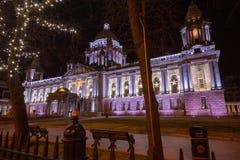Ayuntamiento Belfast con las decoraciones de la Navidad fotos de archivo libres de regalías