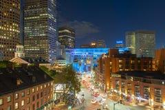 Ayuntamiento Boston y calle del norte en la noche, los E.E.U.U. foto de archivo libre de regalías
