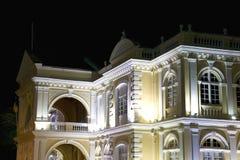 Ayuntamiento colonial en la noche Imágenes de archivo libres de regalías