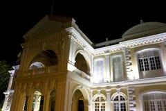 Ayuntamiento colonial en la noche Imagen de archivo