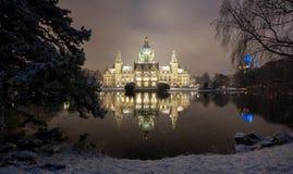 Ayuntamiento de Hannover, Alemania en el invierno por noche imagenes de archivo