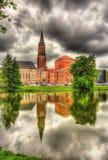 Ayuntamiento de Kiel con la reflexión de una superficie del agua fotos de archivo libres de regalías