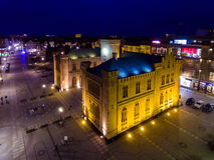 Ayuntamiento de Kolobrzeg, opinión de la noche desde arriba Foto de archivo libre de regalías