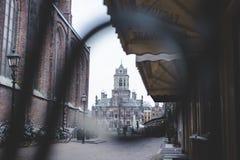 Ayuntamiento de la cerámica de Delft en la plaza del mercado fotografía de archivo