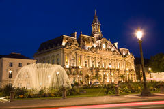 Ayuntamiento de la ciudad de los viajes en la noche imagen de archivo