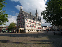 Ayuntamiento de la ciudad del siglo XV del Gouda en tiempo de verano. Imagen de archivo libre de regalías