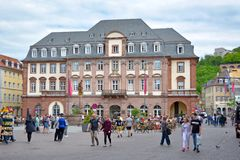 Ayuntamiento de la ciudad en el mercado con la gente que se sienta en cafés al aire libre y turistas que caminan por en día de pr fotografía de archivo