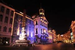 Ayuntamiento de Ljubljana y Robba, fuente, adornada por la Navidad y Años Nuevos de días de fiesta, Ljubljana, Eslovenia Imagen de archivo libre de regalías