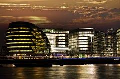 Ayuntamiento de Londres en la noche Foto de archivo libre de regalías