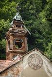 Ayuntamiento de madera abandonada viejo con el reloj en Eslovaquia Foto de archivo libre de regalías