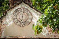 Ayuntamiento de madera abandonada viejo con el reloj en Eslovaquia Fotografía de archivo libre de regalías