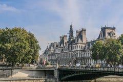 Ayuntamiento de París y puente a través de río Sena, París, Francia fotos de archivo
