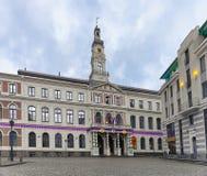 Ayuntamiento de Riga en el cuadrado de ayuntamiento en la Navidad Riga Fotos de archivo libres de regalías
