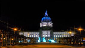 Ayuntamiento de San Francisco en distrito del centro municipal en la noche imágenes de archivo libres de regalías