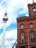 Ayuntamiento el ladrillo rojo en el área de Alexanderplatz de Berlín en Alemania Está cercano al Fernsehturm la torre de comunica imagen de archivo