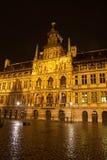 Ayuntamiento en Amberes - Bélgica - en la noche Fotos de archivo libres de regalías