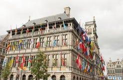 Ayuntamiento en Amberes con las banderas Imágenes de archivo libres de regalías