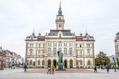 Ayuntamiento en la plaza principal de Novi Sad, Serbia imagen de archivo