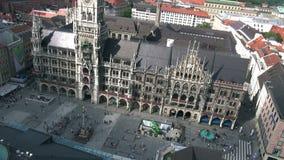 Ayuntamiento en la plaza principal Marienplatz en el centro de la Munich metrajes