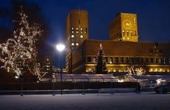 Ayuntamiento en Oslo en la Navidad fotografía de archivo